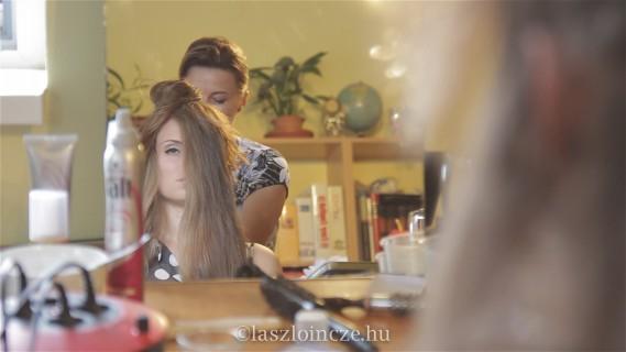 Frizura készítése - kép a videóból